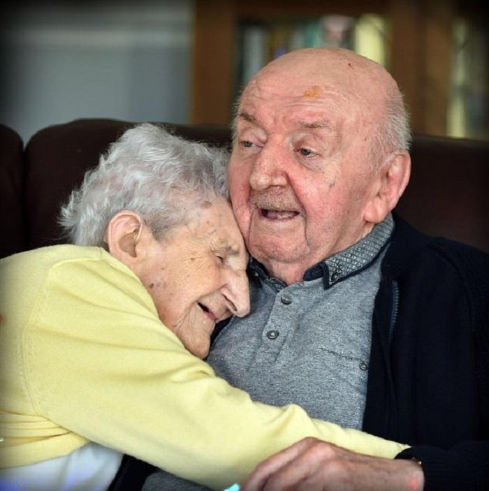 Öregotthonba költözött a 98 éves anyuka, hogy 80 éves fiáról gondoskodjon